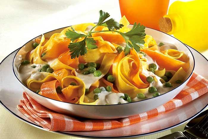 Möhren-Nudeln mit Käsesauce