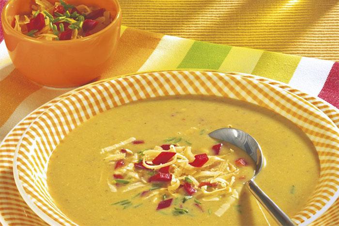 Grünkernsuppe mit Paprikawürfeln und Käseraspeln