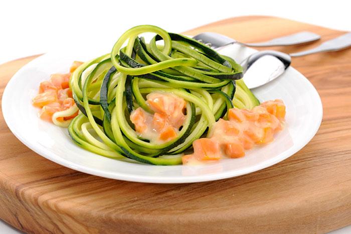 Serviervorschlag Rohe Zucchini-Nudeln mit Möhren-Sugo