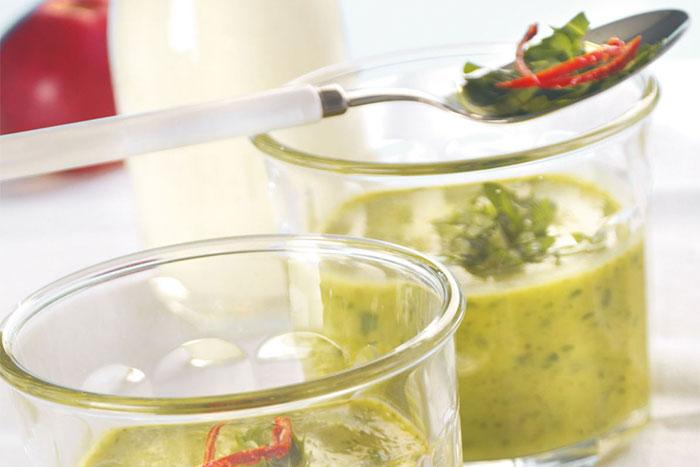 Coole Zucchini-Frischkäse-Suppe mir Rucola