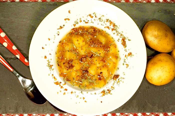 Würzige Kartoffelsuppe mit Grünkerntopping